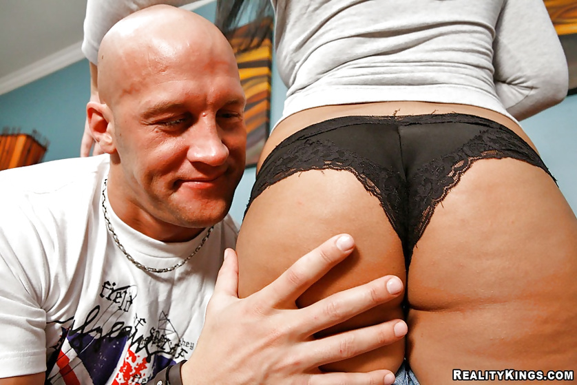 Guy enjoys an excellent blowjob from a beauty in tight shorts