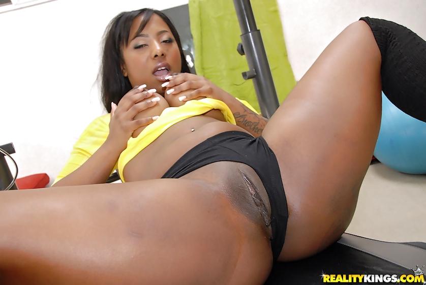Making ebony lady feel orgasm in the gym