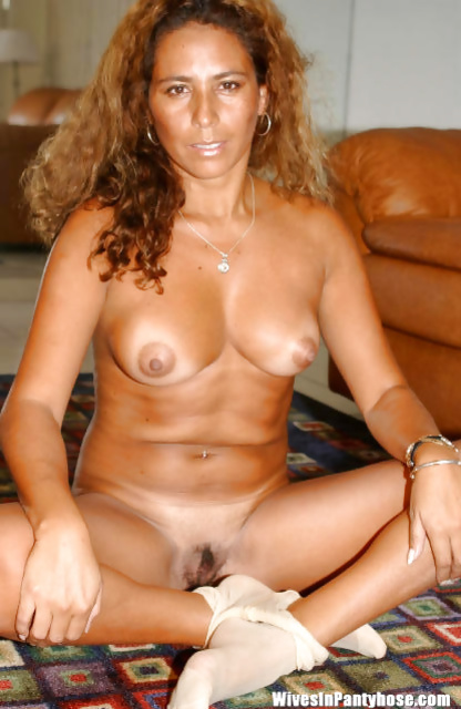Naked MILF is enjoying awesome solo on the floor