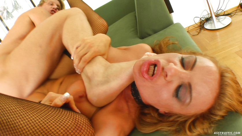 Anal fuck makes lovely blonde show squirting skills