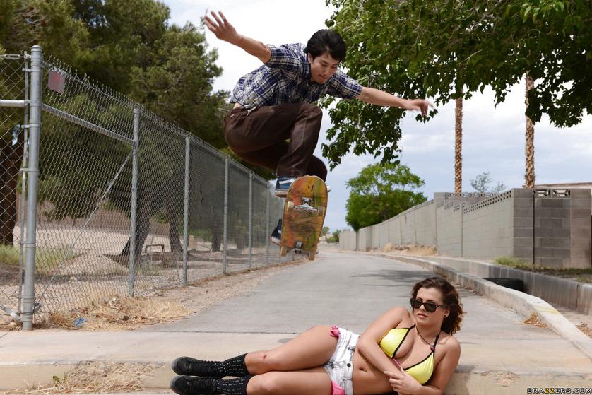 Skater girl Keisha Grey decides to fuck a random guy outdoors