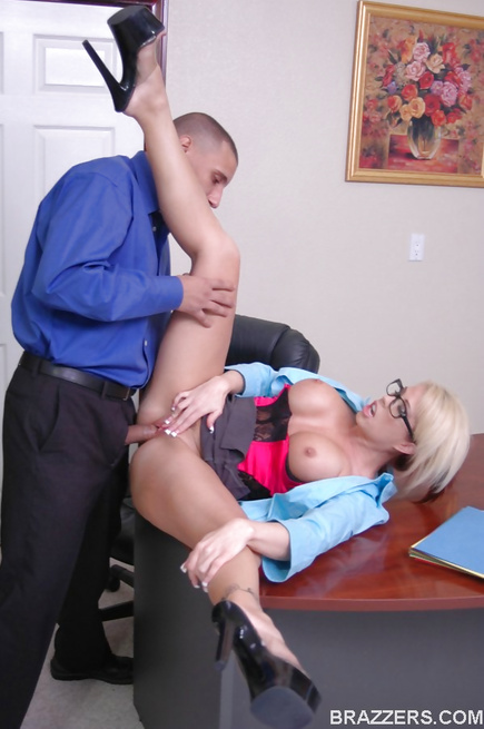 Grade-A office seductress fucks a hung dude after some talking