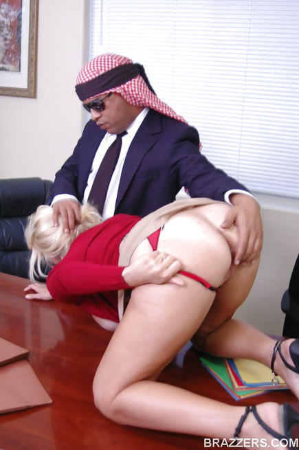 Big-dicked sheikh wants that sweet American pussy right now