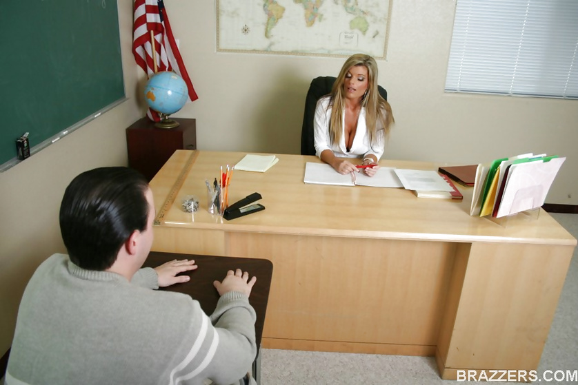 Kinky Kristal Summers decides to fuck a nerdy, pasty student