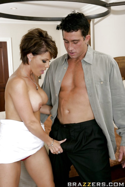 Realtor MILF really does her best to seduce a hung dude