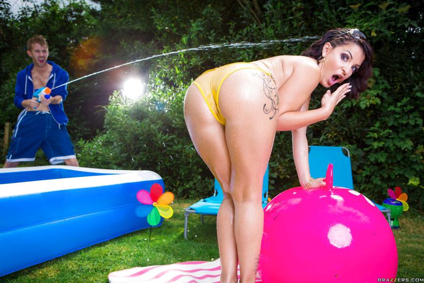 Wonderful brunette wearing yellow bikini wants to be fucked outdoor