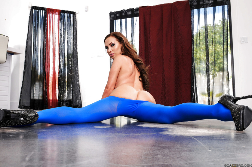 Passionate anal sex with the ginger pornstar wearing blue leggings
