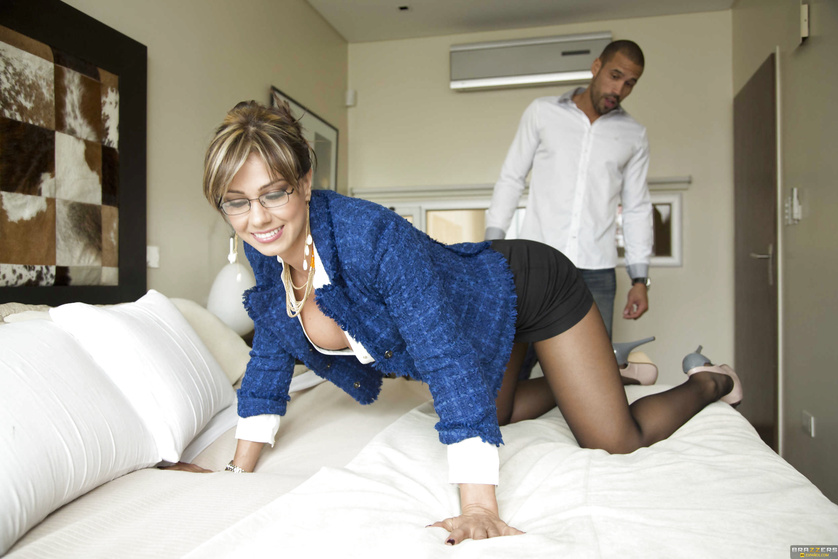 Lusty MILF realtor bringing the real passion during a fucking session