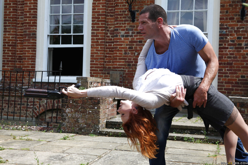 Kinky in crossfire: white blouse redhead gets fucked outdoors