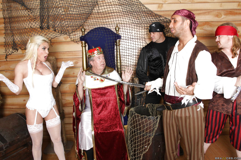 Weirdly entertaining scene with a king, a pirate and a slut