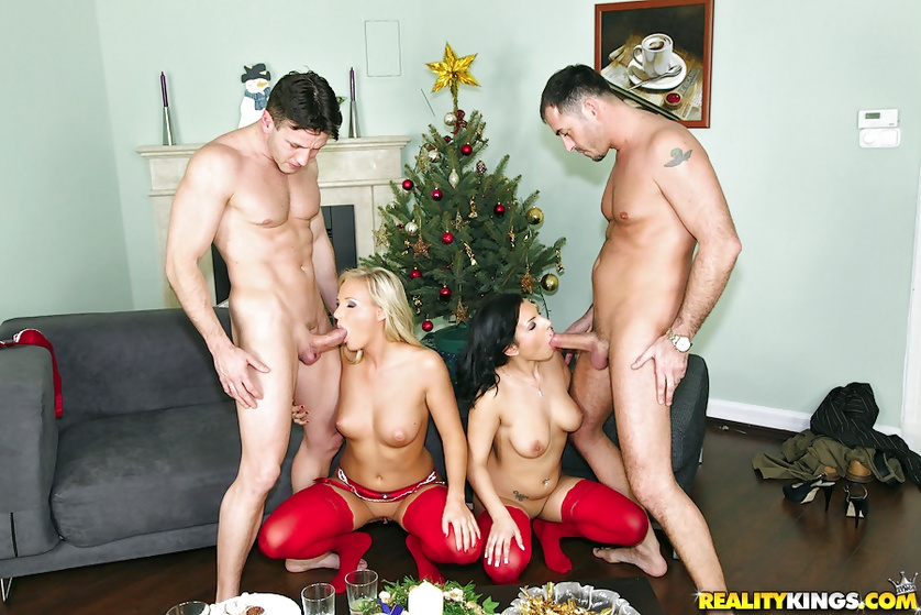 Having unforgettable foursome under the Christmas tree