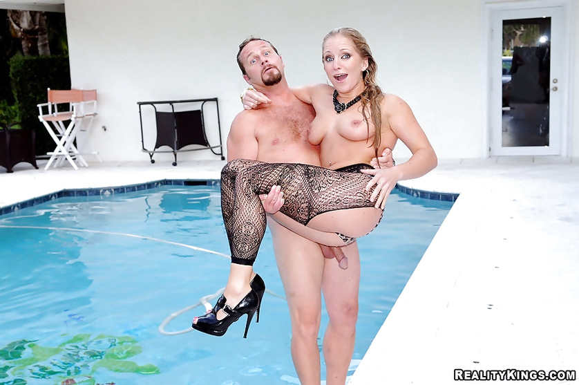 The man can't stop fucking slutty blonde in the pool