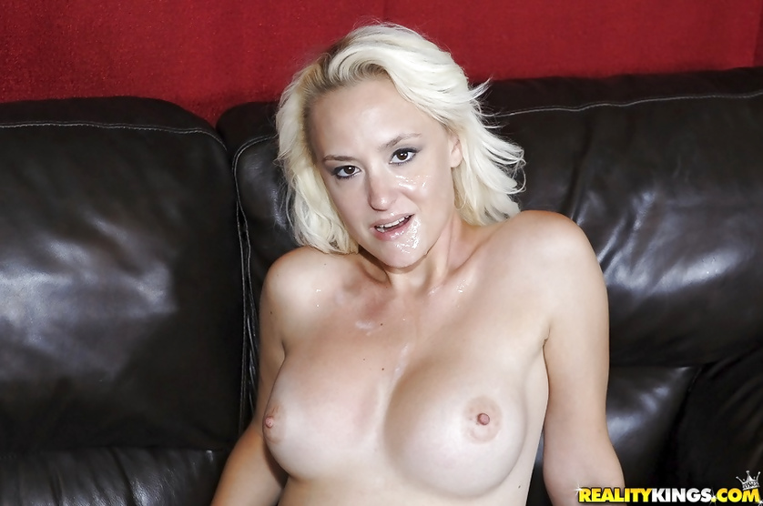 Horny blonde wants her holes to be penetrated