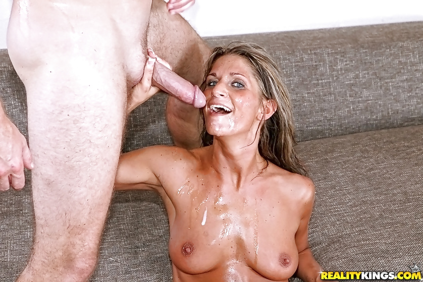 Sport guy is drilling horny MILF with great energy