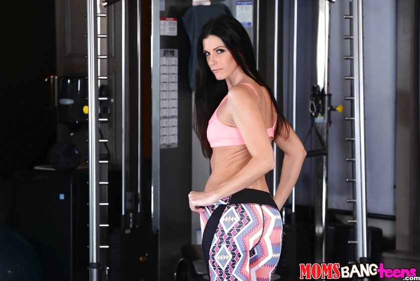 Sport ladies are getting their holes penetrated in the gym