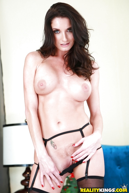 Sperm-hungry lady needs to feel deep penetration right now