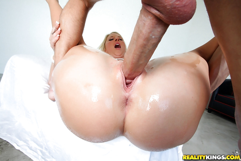 Drilling wet holes of sensational blonde MILF