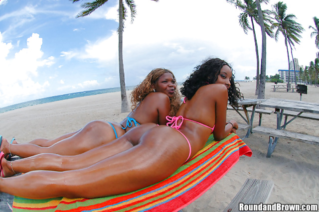 Two ebony ladies are enjoying threesome with white man