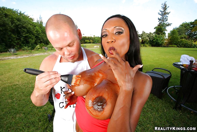 Chubby ebony queen is getting penetrated in the garden