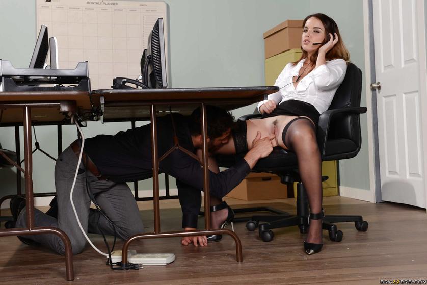Частное видео под столом у секретарши