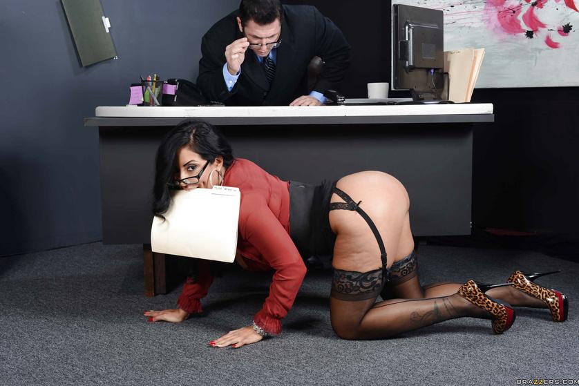 Женщина босс совратила своего подчиненного — 13