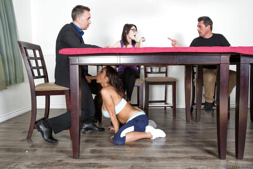 Минет под столом на работе мужа поймала жена видео