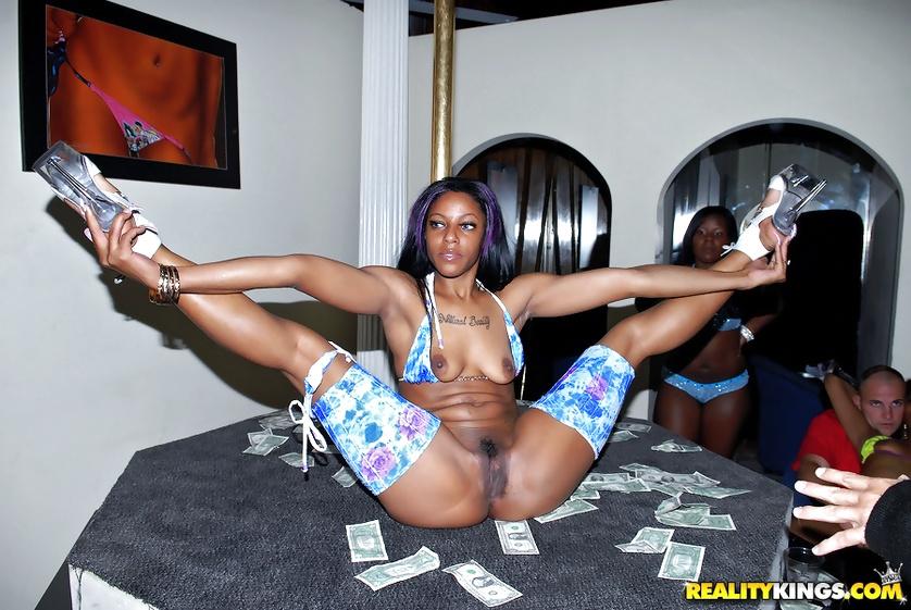 Sexy ebony stripper gets her pussy
